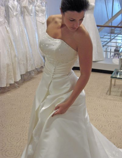 Contemporary-and-elegant-bride-wearing-strapless-wedding-dress